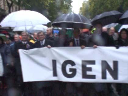 Fideszesek vonulnak