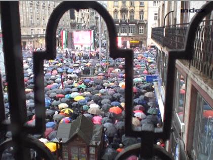 Nem mossa el az eső Orbánt