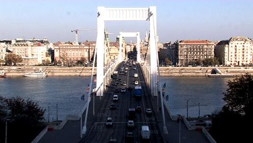 Mozi az Erzsébet híd tetején